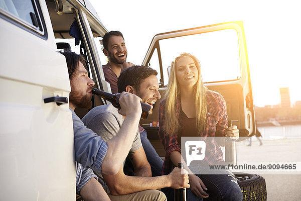 Glückliche Freunde beim Feiern im Minivan