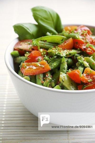 Frühlingssalat mit grünen Bohnen  Zuckerschoten  roter Paprika und Kirschtomaten