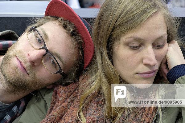 Deutschland  Rheinland-Pfalz  Trier  Junges Paar wartet gelangweilt im Kaufhaus