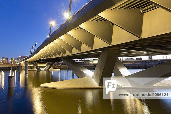 Deutschland  Hamburg  Brücke am Baakenhafen bei Nacht