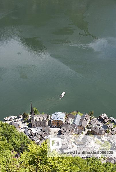 Österreich  Oberösterreich  Salzkammergut  Hallstatt  Blick auf Hallstätter See und Fähre