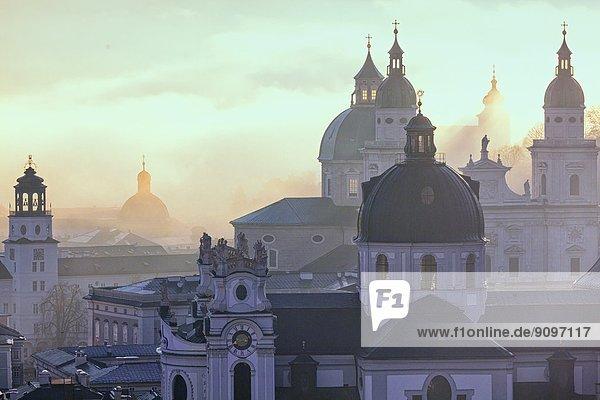Türme der Stadt Salzburg bei Sonnenaufgang  Österreich