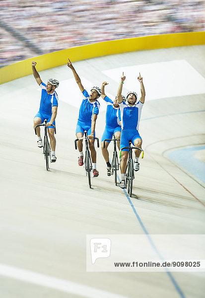 Radsportteam feiert im Velodrom