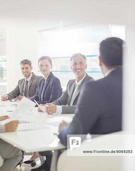 Geschäftsleute treffen sich im Konferenzraum