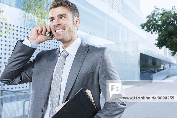 Geschäftsmann beim Telefonieren im Freien