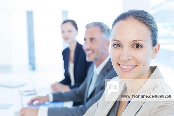 Porträt einer selbstbewussten Geschäftsfrau im Meeting
