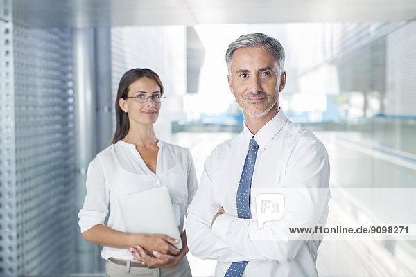 Porträt von selbstbewussten Geschäftsleuten im Amt