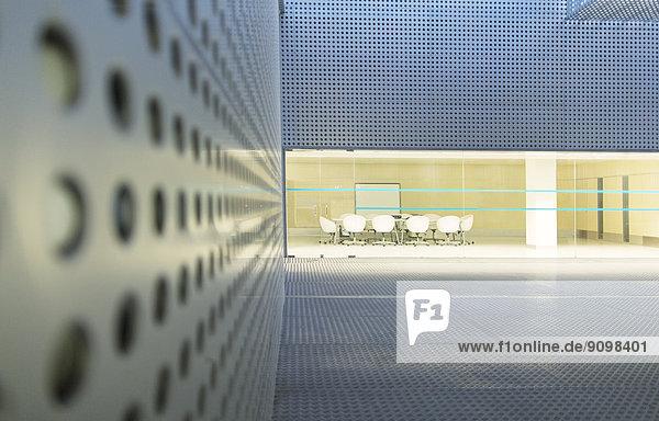 Beleuchteter Konferenzraum im modernen Gebäude bei Nacht