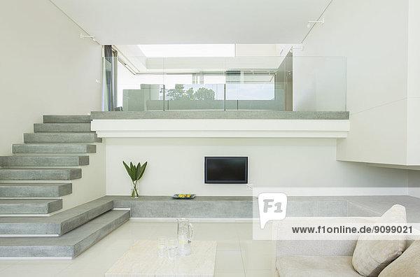 Modernes Wohnzimmer mit Balkon