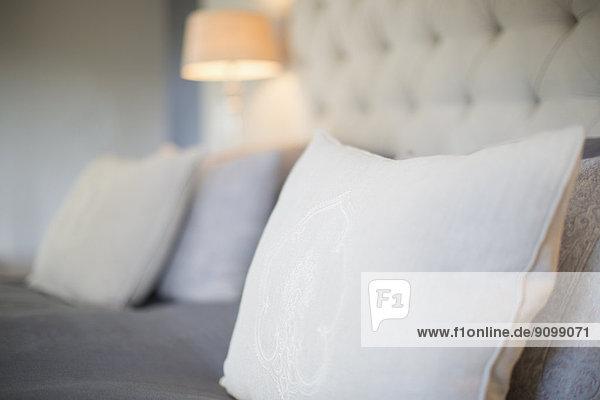 Kissen auf dem Bett im Luxus-Schlafzimmer