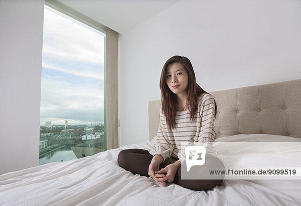 sitzend junge Frau junge Frauen Portrait Schönheit Bett