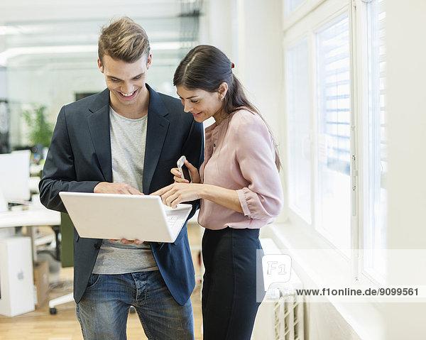 benutzen  Geschäftsfrau  Notebook  Geschäftsmann  Büro  jung