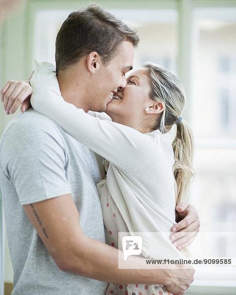 Liebe umarmen küssen Interior zu Hause zu Hause