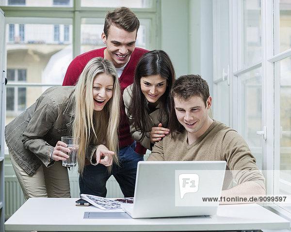 benutzen  Fröhlichkeit  Mensch  Notebook  Menschen  Geschäftsbesprechung  Besuch  Treffen  trifft  Business