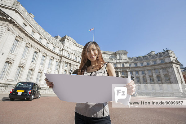 Portrait  Frau  Fröhlichkeit  Großbritannien  London  Hauptstadt  halten  Landkarte  Karte  Brücke  jung  England