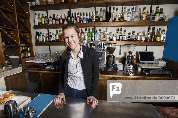 Portrait  lächeln  Restaurant  Kassierer  Tresen