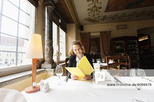 lächeln  Restaurant  Kunde  Tisch  Speisekarte  Karte  vorlesen