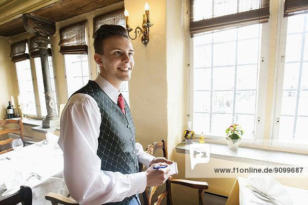 lächeln  Restaurant  Ansicht  Seitenansicht  Notizblock  Kellner