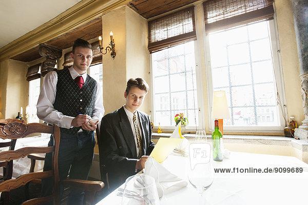 Portrait  Geschäftsmann  Restaurant  Tisch  Kellner