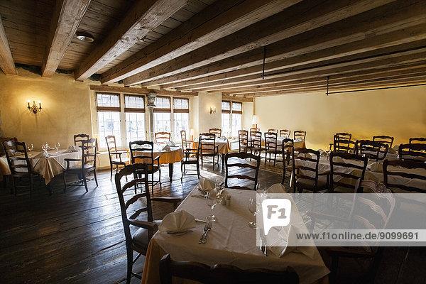 Stuhl Restaurant arrangieren
