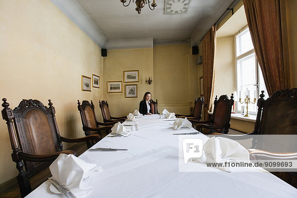 sitzend  am Tisch essen  Restaurant  Kunde  Tisch