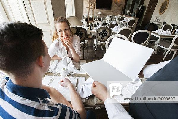 Anschnitt  zeigen  Fotografie  Restaurant  Speisekarte  Karte  Kellner