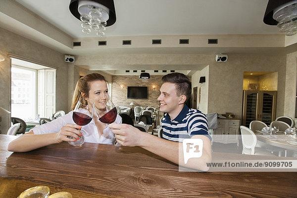 lächeln  Wein  Restaurant  jung  Tresen