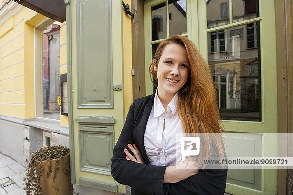 Außenaufnahme  stehend  überqueren  Portrait  Fröhlichkeit  Restaurant  Inhaber