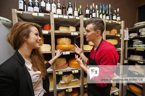 zeigen  Käse  Laden  Kunde  Verkäufer