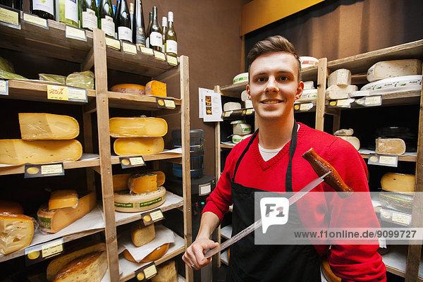 Portrait  Messer  halten  Käse  Laden  Hoffnung  Verkäufer