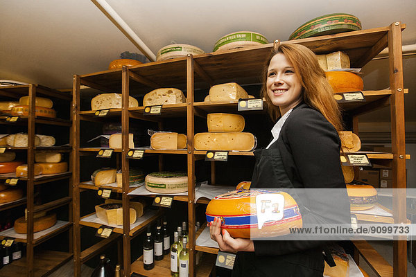 halten  Käse  Laden  Ansicht  Seitenansicht  Verkäufer