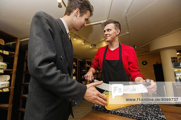 durchsichtig  transparent  transparente  transparentes  Geschäftsmann  schneiden  Käse  Laden  jung