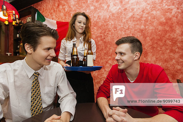 Mann  geben  Restaurant  Getränk  Kellnerin