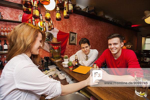 Mann  geben  Barkeeperin  Bier  Tresen
