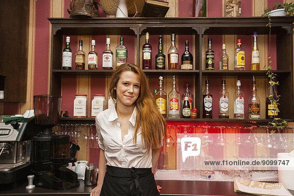 Portrait  Hoffnung  Barkeeperin  Tresen