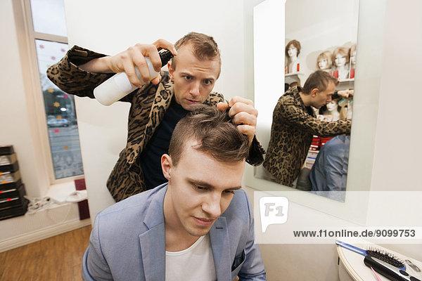 Haarspray  benutzen  Fachleute  Kunde  Laden  Friseur