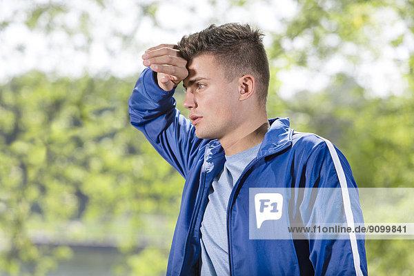Mann  müde  Menschlicher Schweiß  joggen  jung  abwischen