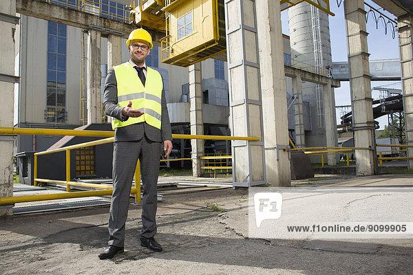 Außenaufnahme  Portrait  gestikulieren  Industrie  Ingenieur  Hoffnung  Länge  voll