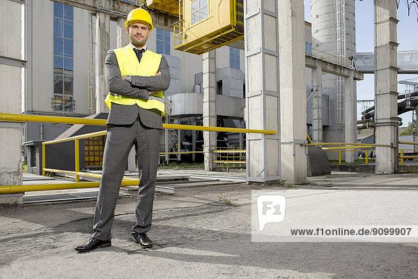 Außenaufnahme  stehend  überqueren  Portrait  Industrie  Architekt  jung