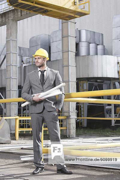 Außenaufnahme  Industrie  halten  Blaupause  Ingenieur  jung  Länge  voll