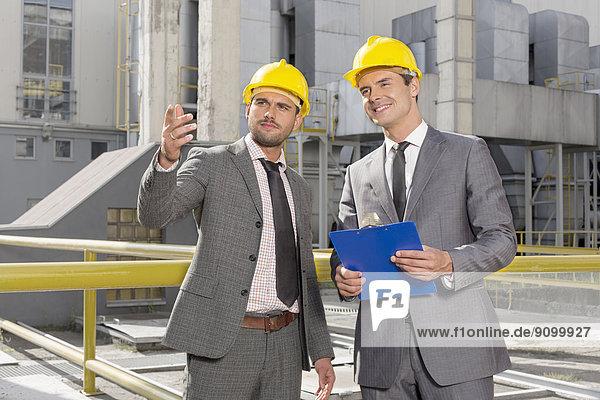 Außenaufnahme  Diskussion  Klemmbrett  Industrie  Ingenieur  jung