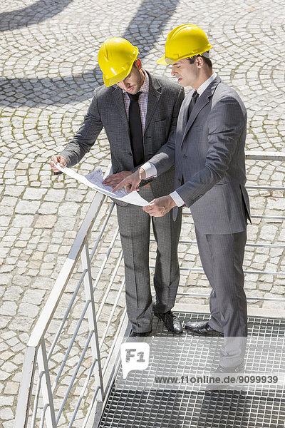 Diskussion  über  Blaupause  Treppe  Ingenieur  jung  Länge  voll