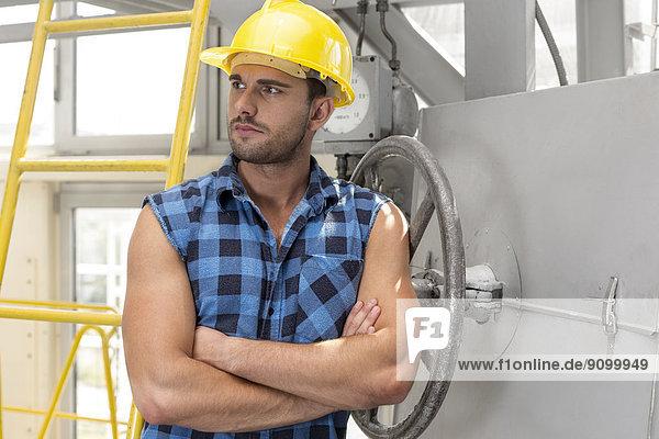 stehend  überqueren  Industrie  arbeiten  jung