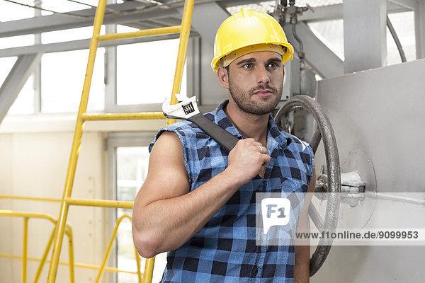 angelehnt  Industrie  arbeiten  jung  groß  großes  großer  große  großen  Ventil  Schraubenschlüssel