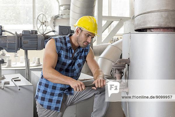 benutzen  Industrie  arbeiten  Maschine  Führung  Anleitung führen  führt  führend  jung  Schraubenschlüssel