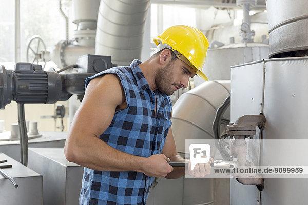 benutzen  Industrie  arbeiten  Maschine  jung  Schraubenschlüssel