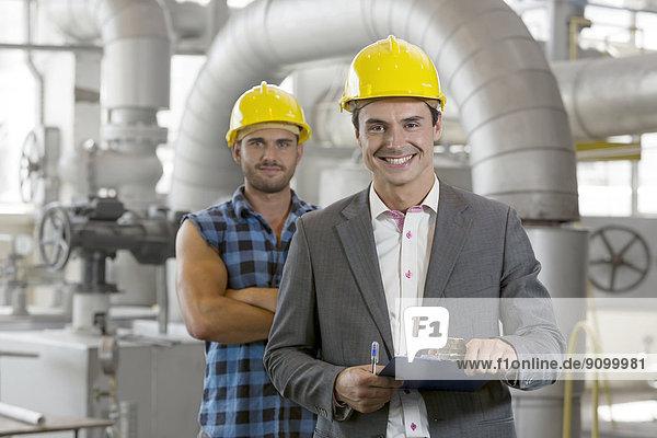 Portrait  Klemmbrett  Industrie  arbeiten  halten  Hintergrund  Chef  Führung  Anleitung führen  führt  führend  jung