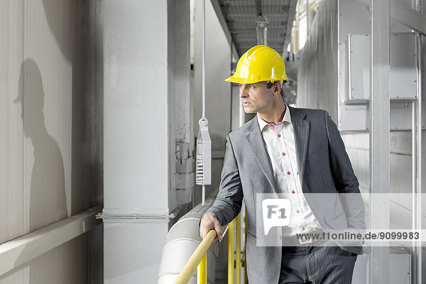sehen  Manager  Industrie  Hut  jung  wegsehen  Reise  Kleidung  hart