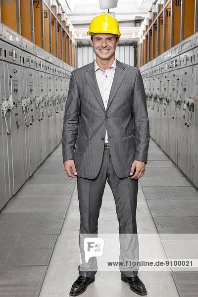 stehend  Portrait  Überprüfung  lächeln  Zimmer  Chef  jung  Länge  voll