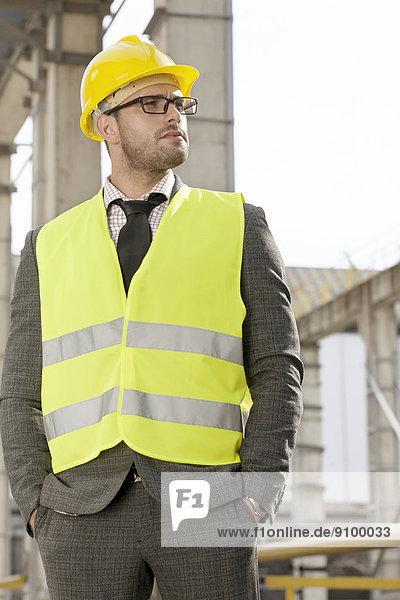 Maultasche  stehend  bauen  Architekt  jung  Schutz  Arbeitskleidung